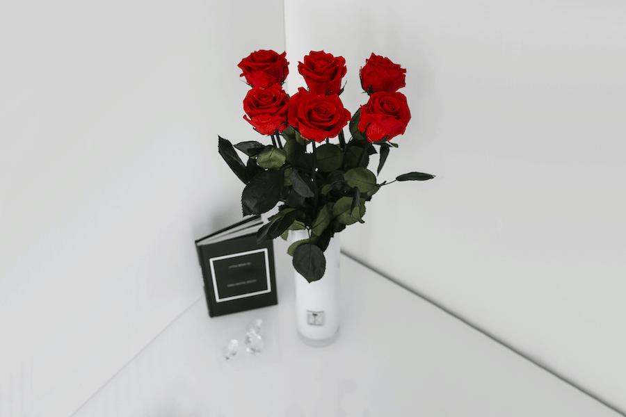 Langstielige Infinity Rosen mit Buch
